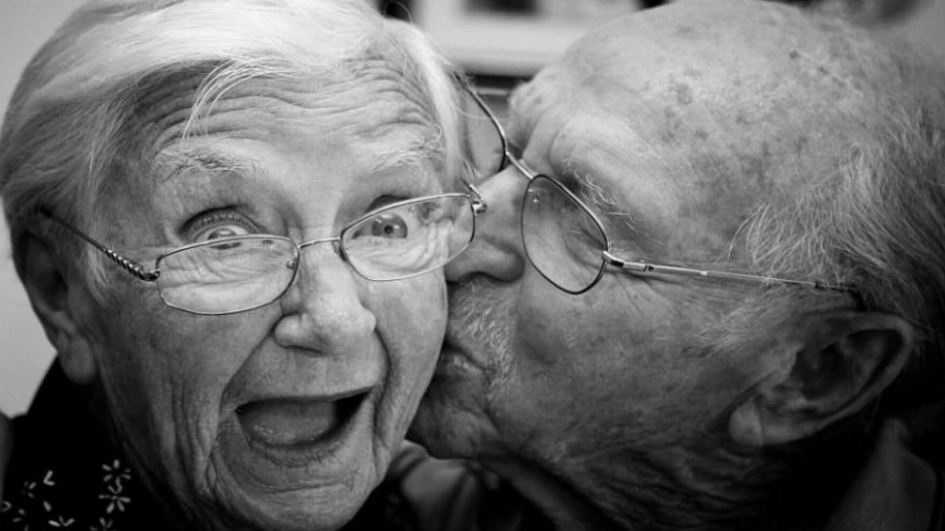 Old-Couple-Kissing